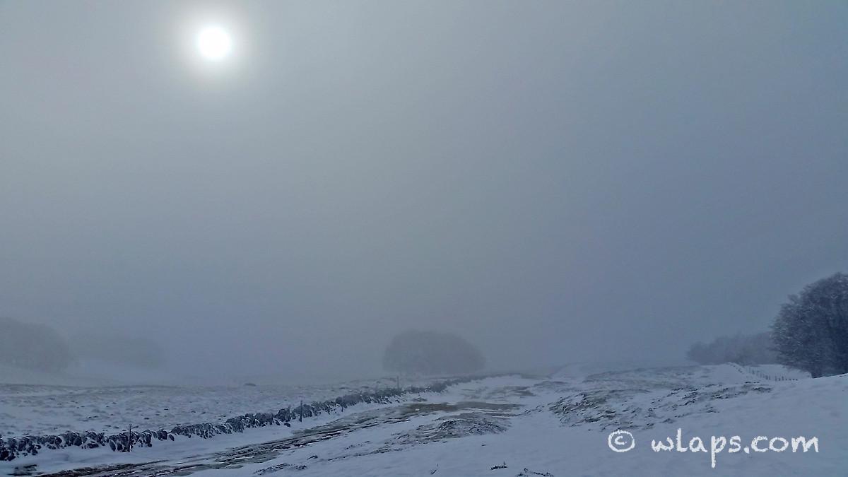 10-photo-village-aubrac-neige-brouillard