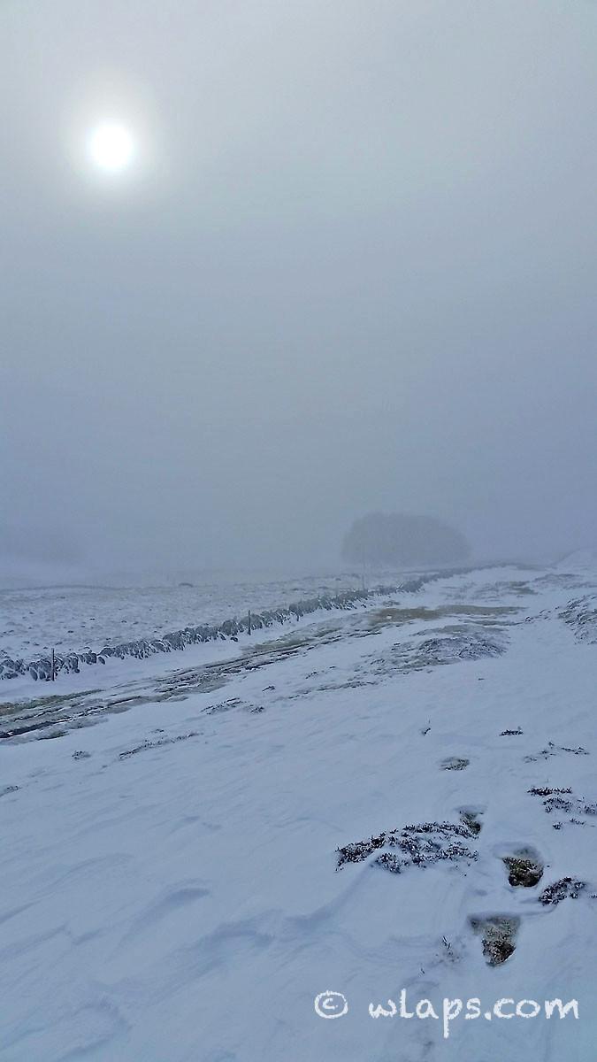 11-photo-village-aubrac-neige-brouillard