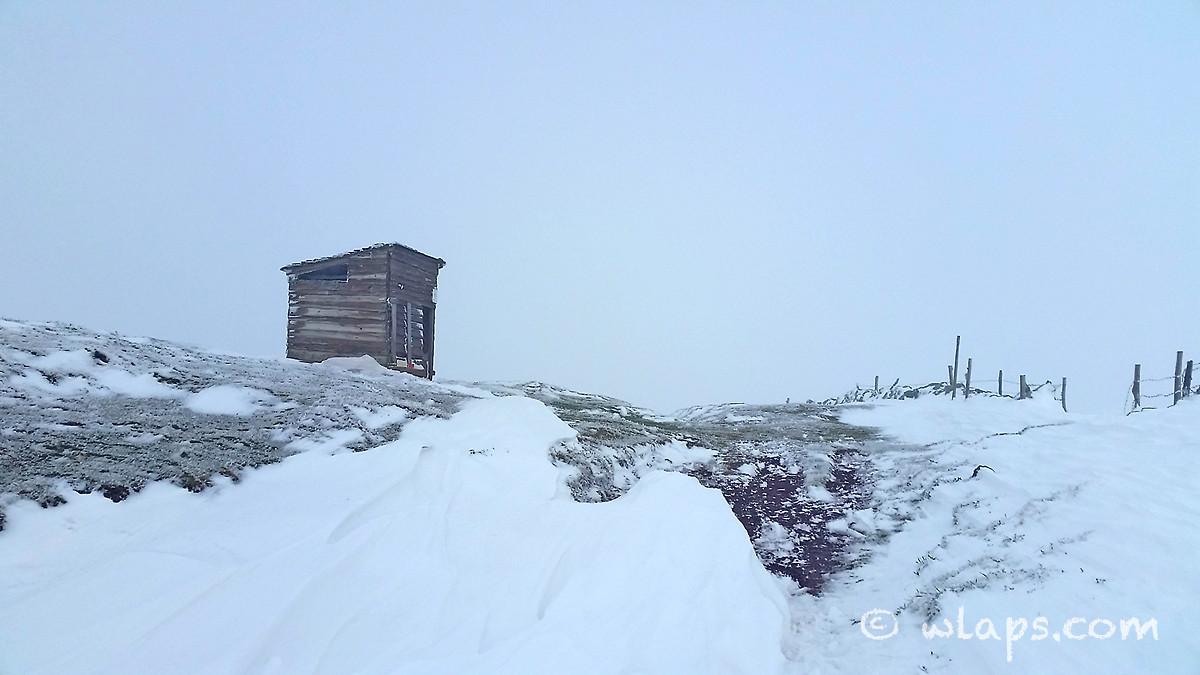 12-photo-village-aubrac-neige-brouillard