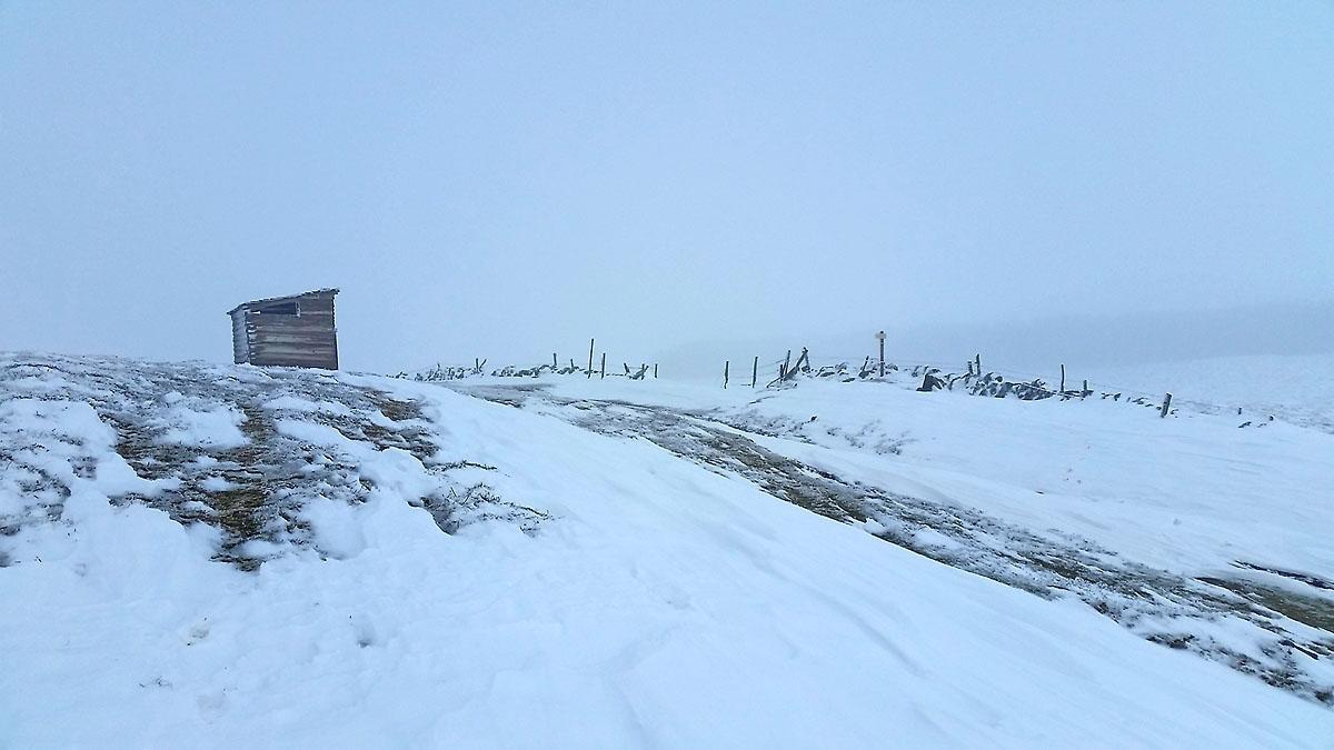14-photo-village-aubrac-neige-brouillard