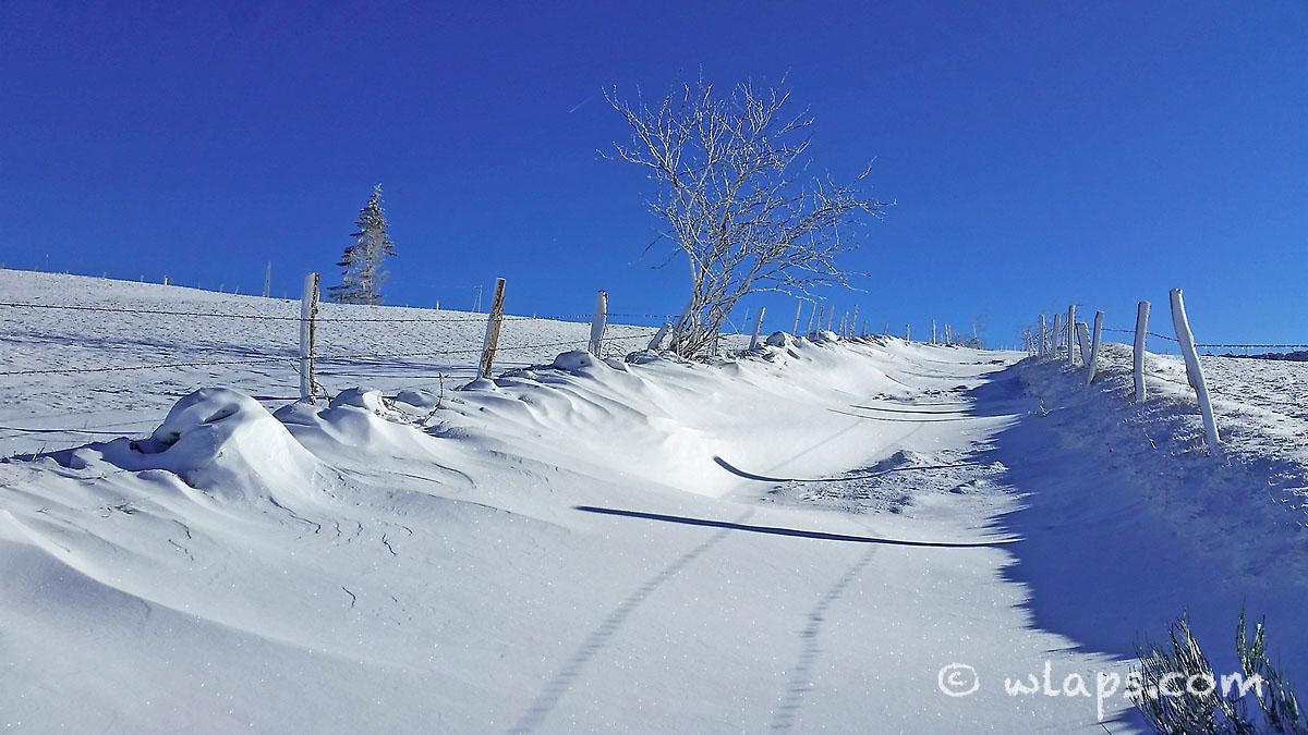 2-aubrac-village-neige-ciel-bleu