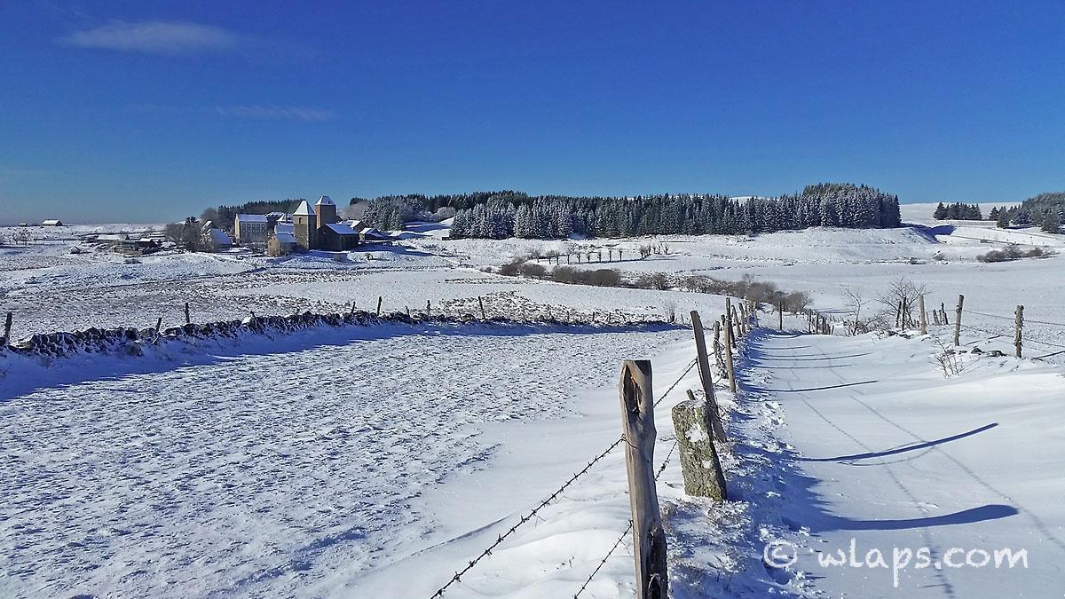 3-aubrac-village-neige-ciel-bleu