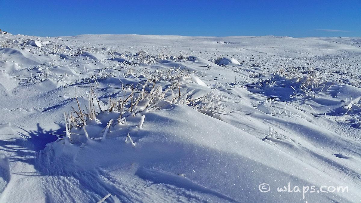9-aubrac-village-neige-ciel-bleu
