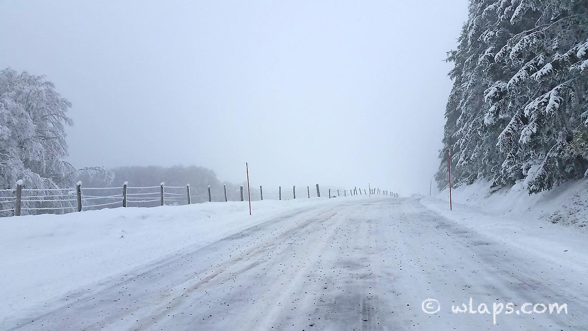 photo-village-aubrac-neige-brouillard