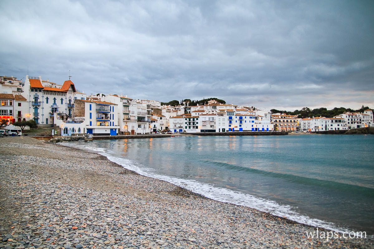 plage-mer-galets-cadaques